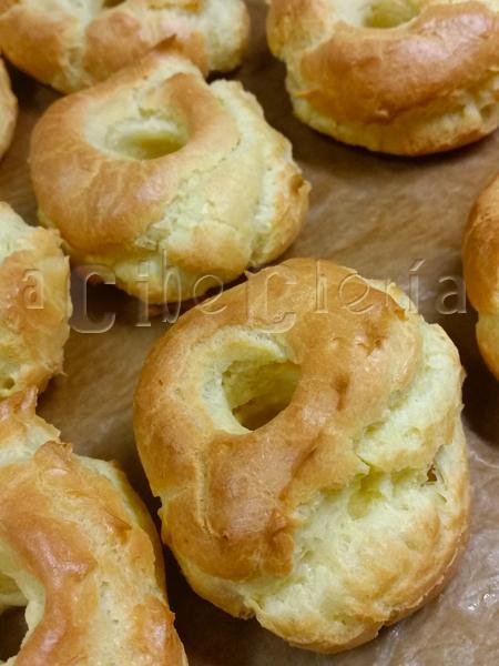 Almojábana, receta de rosquilla cocida en el horno y bañada en almíbar