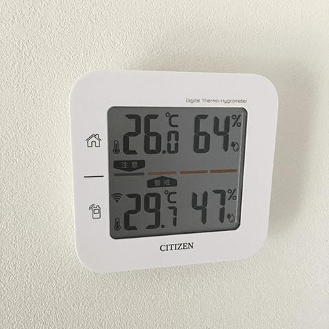 2017年8月末:正午の気温 (上が室温、下が外気温)