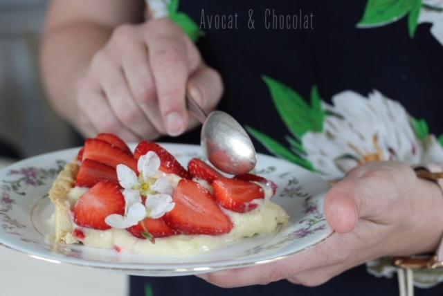"""alt""""=Une part de tarte aux fraises dans une assiette de brocante en train de se faire manger"""""""