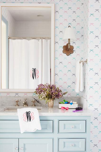 Fofura do Dia: lavabo com papel de parede de lacinhos. Achados de Decoração