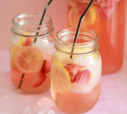 WHITE STRAWBERRY-LEMON SANGRIA #drinks #summerdrink