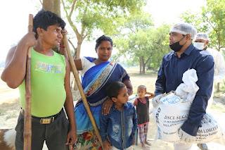कंधों पर राशन किट लेकर दिव्यांग परिवारों तक मदद पहुंचा रहे हैं समाजसेवी दिलीप राय बलवानी   #NayaSabera