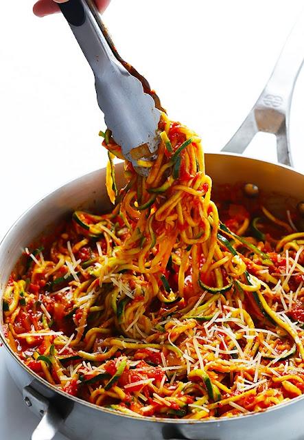 Macarrão de abobrinha com molho de tomate low carb vegano