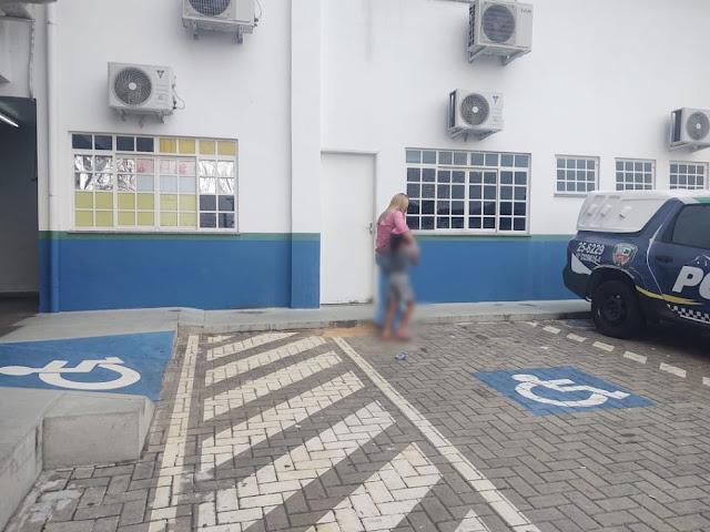 Mãe de criança que aparece dançando no teto de carro é identificada e presta depoimento à polícia