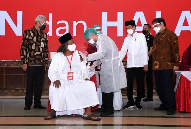 Jokowi Tinjau Vaksinasi Massal Covid-19 bagi Ulama dan Tokoh Agama