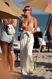 OMG+WOW+Sexy+Cleavages+Of+Hailey+Baldwin+in+Pink+Bikini+Jan+2018+SexyCelebs.in+Exclusive+020.jpg