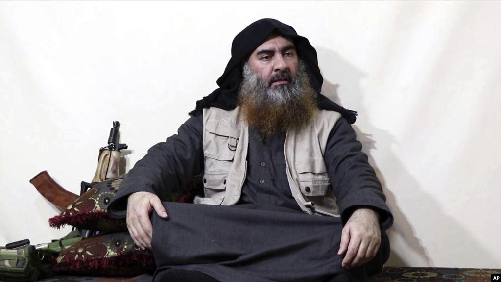 Esta imagen tomada de un video en un portal de militantes el lunes 29 de abril de 2019, presuntamente muestra al líder de ISIS Abu Bakr al-Baghdadi, siendo entrevistado por Al-Furqan un medio militante. Es su primer video desde junio de 2014 / AP