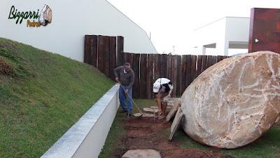 Bizzarri, da Bizzarri Peras, executando um caminho com pedras no jardim com pedra cacão de Carranca com junta de grama. 8 de junho de 2017.