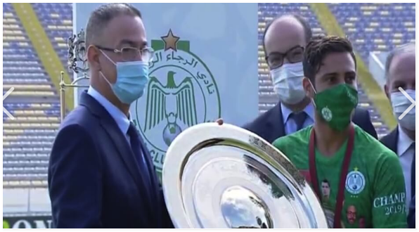 بالڨيديو | الرجاء يتسلم درع الدوري الاحترافي المغربي بعد تتويجه باللقب