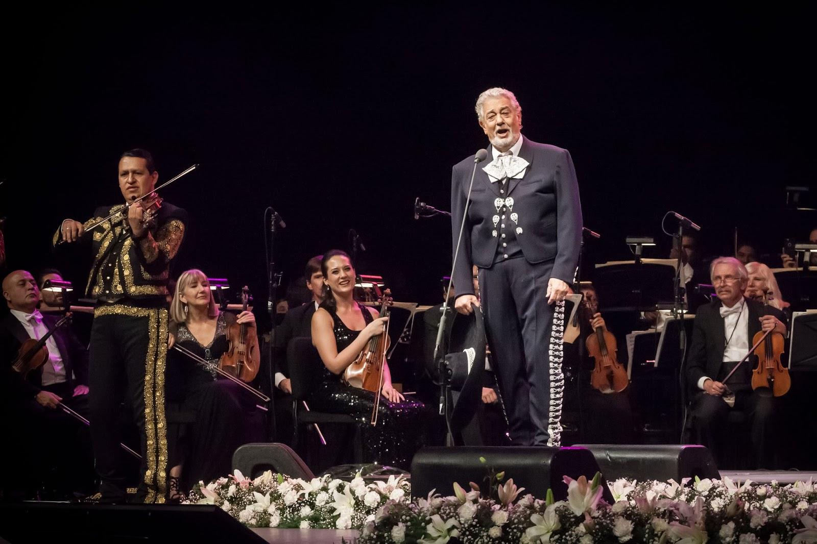 Plácido Domingo ataviado en un traje de mariachi durante un concierto