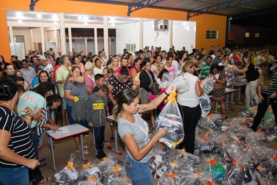 Alunos da rede municipal de Embaúba recebem kit escolar e uniformes completos