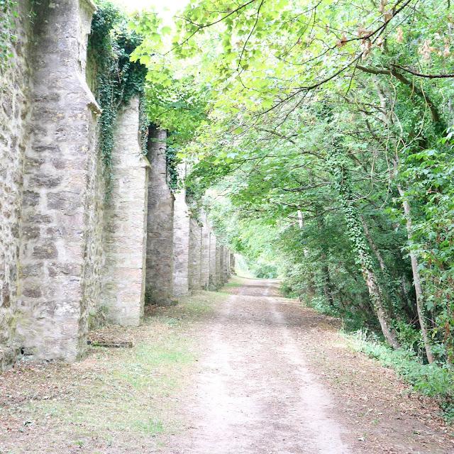Promenade le long des fortifications de Laon en Picardie.