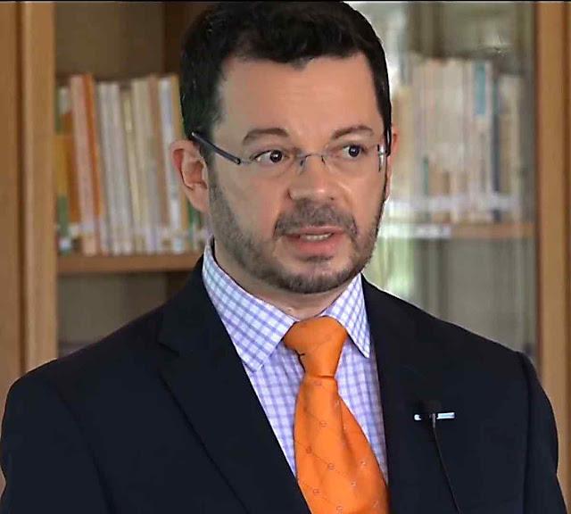 "Dr. Andrés Brito Galindo durante a palestra ""Os mistérios da tilma de Guadalupe"""