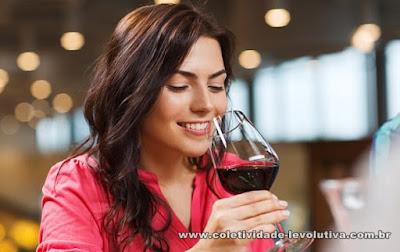 """O estudo descobriu que os compostos saudáveis no vinho """"prevaleceram"""" sobre o álcool prejudicial, desde que as mulheres se apegassem a meio copo para um copo por dia"""