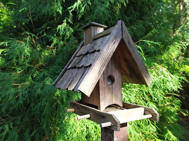 karmnik, ozdoba ogrodowa