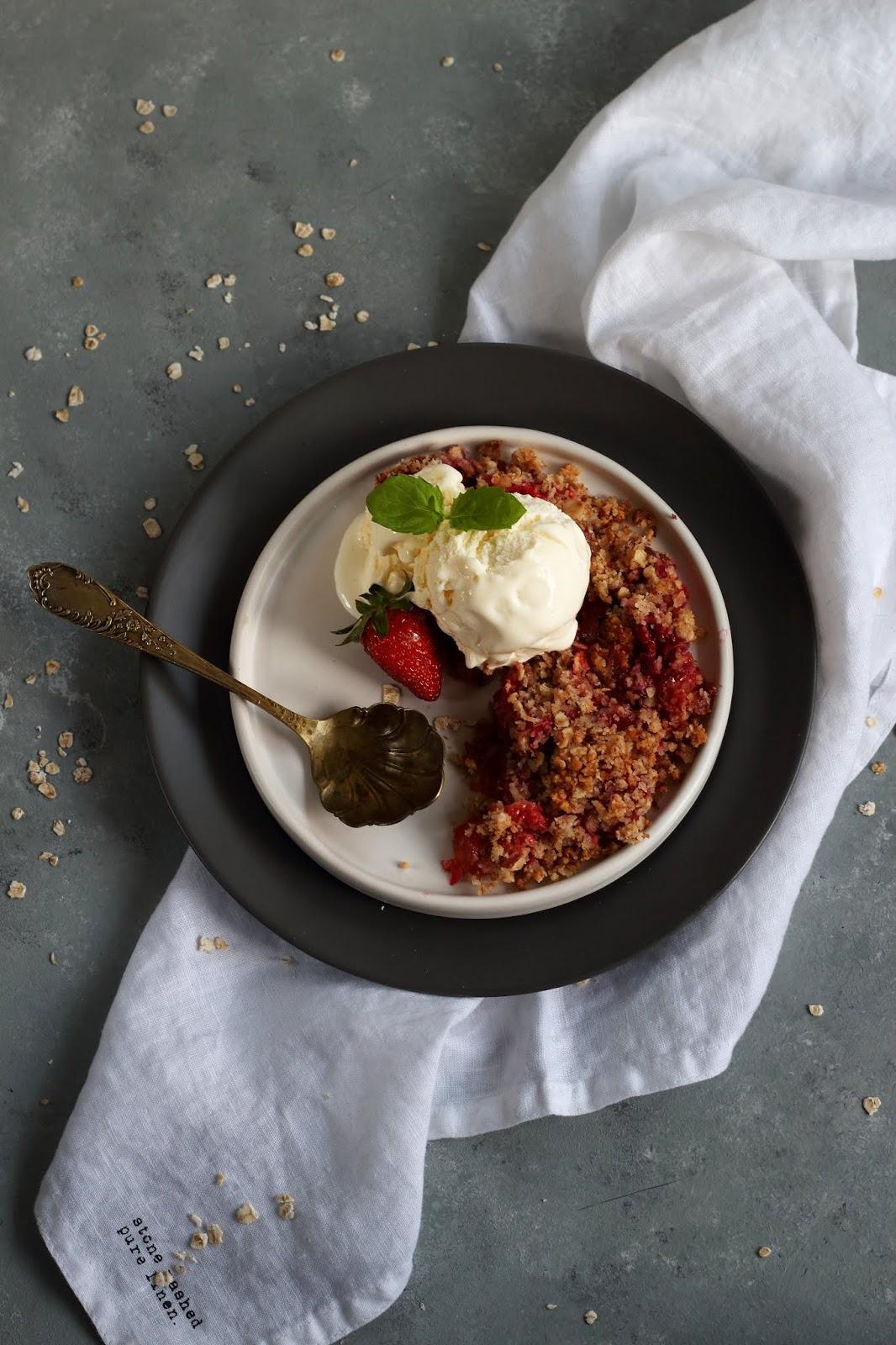 Wegańska kruszonka z rabarbarem i truskawkami