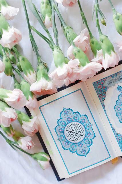 Foto Al-Quran bertabur bunga