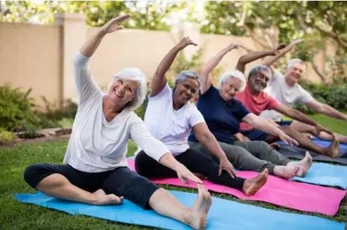 إليك كيف يمكنك تحفيز والديك المسنين على ممارسة الرياضة!