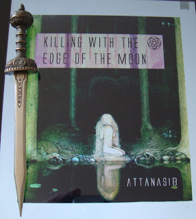 Portada del libro Killing with the Edge of the Moon, de A. A. Attanasio