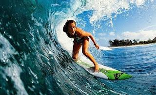 Surfing dengan Ombak Terbaik di Pantai Indonesia