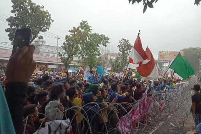Pelajar Ikut Demo Mahasiswa Se-Sumbar Tolak UU Cipta Kerja di Padang