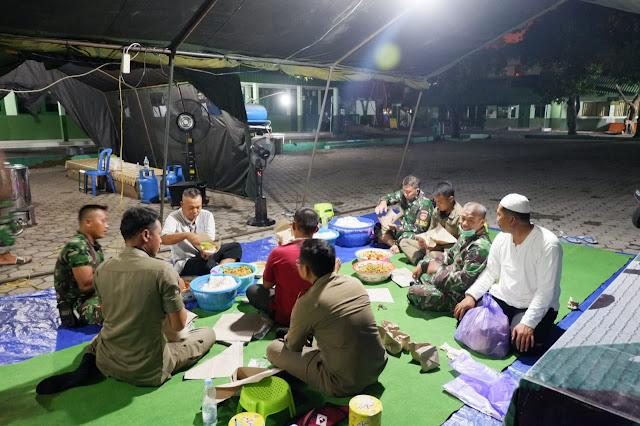KodimKaranganyar – Kejar Target Untuk Sahur Warga Yang Terdampak Cobid 19, TNI, Polri dan Satpol PP Kompak Bungkus Nasi