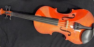A foto mostra o violino um dos instrumentos musicais usados nas grandes orquestras nas presentações da musica erudita.