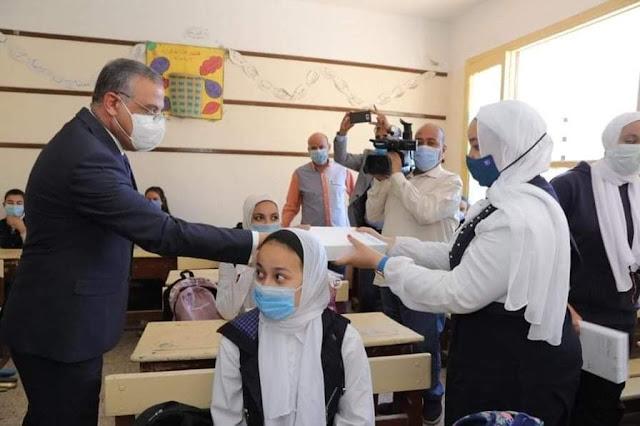 محافظ سوهاج يسلم أجهزة التابلت لطلاب الصف الأول الثانوي
