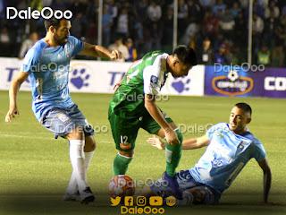Alexis Ribera disputa el balón con Latorre y Sánchez - Clásico Cruceño - Oriente Petrolero - DaleOoo