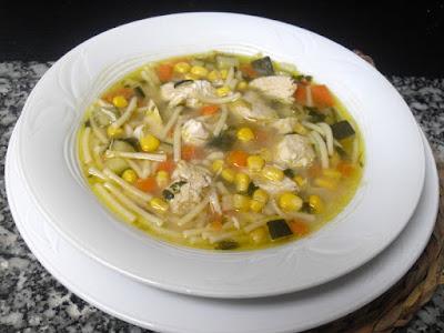 Sopa de pollo con verduras y maíz.