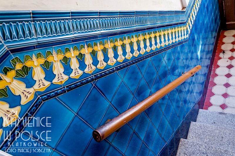 Świebodzice: secesyjna okładzina ceramiczna na klatce schodowej