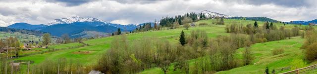 Панорама с видом на горы Говерла и Петрос:
