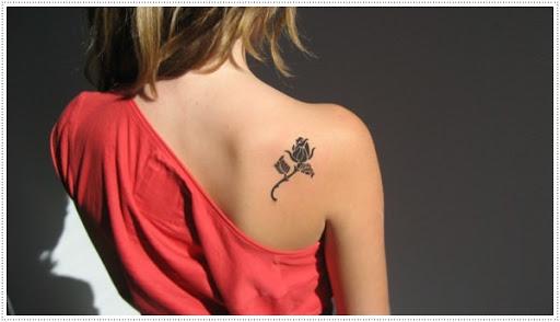 Pequenas tatuagens de flores para a menina no ombro, parece legal