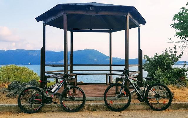 Ήγουμενίτσα: Νέα κιόσκια στη θέση των παλιών, που είχαν σαπίσει και βανδαλιστεί, στον ποδηλατόδρομο Ηγουμενίτσας