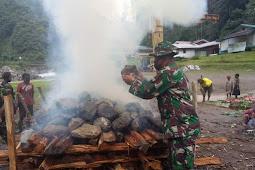 Pos Tsinga Yonif 756/WMS Gelar Bakar Batu Bersama Masyarakat di Timika