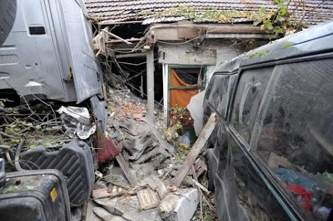 Egyetlen pillanat alatt veszítette el mindenét az idős házaspár, miután kamion csapódott a házukba