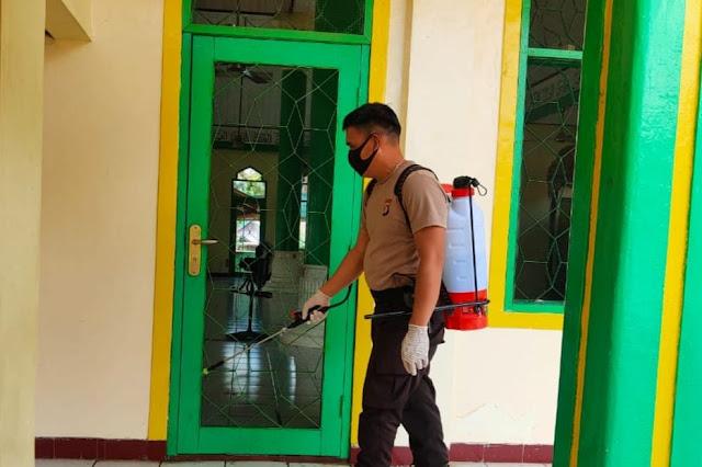 Cegah Penyebaran Covid-19, Bripka Rodie Semprot Cairan Disinfektan Di Desa Juking Pajang
