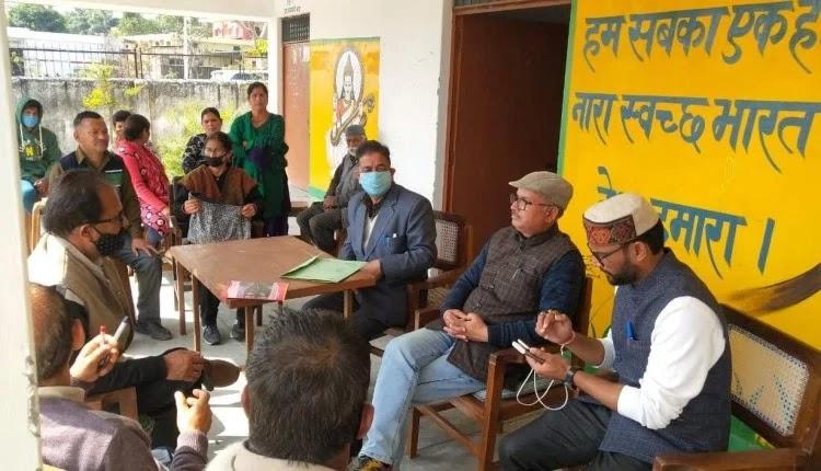 गोहरी माफी स्कूल में ताला खुलने के बाद अभिभावकों और शिक्षक की बैठक ।