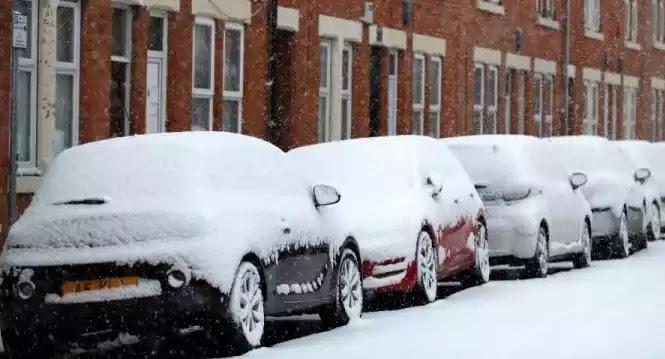 Ματαιώνονται πτήσεις λόγω της κακοκαιρίας στη Βρετανία: Σφοδρή χιονόπτωση σάρωσε τη χώρα!