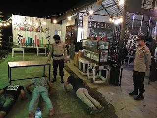 Lagi Asyik Nongkrong Beberapa Pemuda Dihukum Push Up karena Tidak Menggunakan Masker
