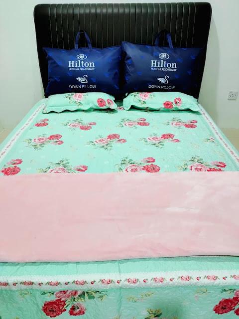 Bantal Hilton baru yang disediakan sebagai buah tangan untuk penyewa homestay