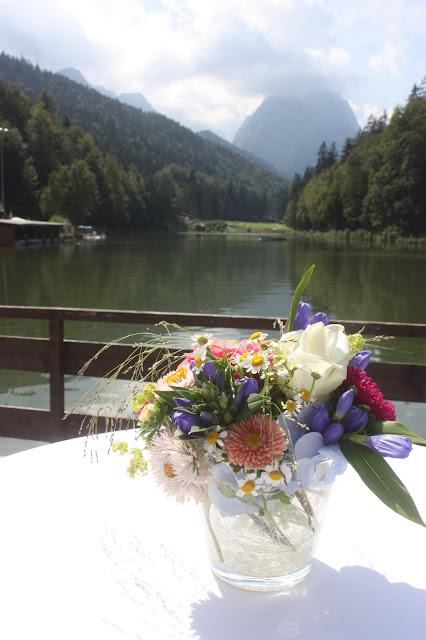 Hochzeitsempfang - Heiraten in Bayern, Hochzeit in den Bergen von Garmisch-Partenkirchen, Riessersee Hotel - getting married in Bavaria, Bavarian style wedding, dunkelblau und bunte Wiesenblumen