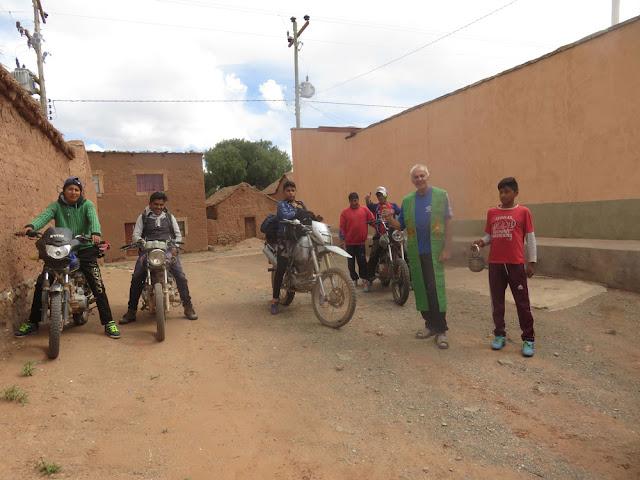 """Das Foto hat nichts mit der Rallye """"Dakar zu tun wegen schwerer Regen- und Unfälle wurde deren Tage in Bolivien gekürzt. Nachdem Felsverschüttungen die Fahrt nach Casa Grande mit dem Auto unmöglich gemacht haben, dort lasse ich mit meinen Jungs und den Dorfbewohnern eine Kapelle bauen, hat sich die Truppe bereit erklärt, mit ihren Motorrädchen dorthin zur Arbeit zu fahren. Natürlich wurden sie zünftig verabschiedet mit Reisesegen und Weihwasser. Die starken Regenfälle der letzten Tage sind etwas zur Ruhe gekommen  P. Dietmar Krämer CP4PG— Für Infos, schöne Geschichten und Fotos haben Sie einen Blick auf: http://www.esmoraca-bolivia.org/"""