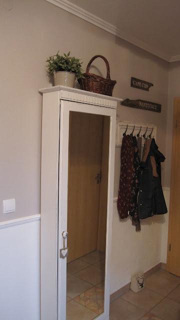 kleines gelbes haus shabby chic garderobe. Black Bedroom Furniture Sets. Home Design Ideas