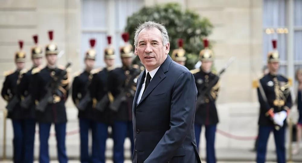 Coronavirus : François Bayrou a-t-il fait remplacer les étiquettes des masques chinois par des étiquettes «tricotés en Béarn»?