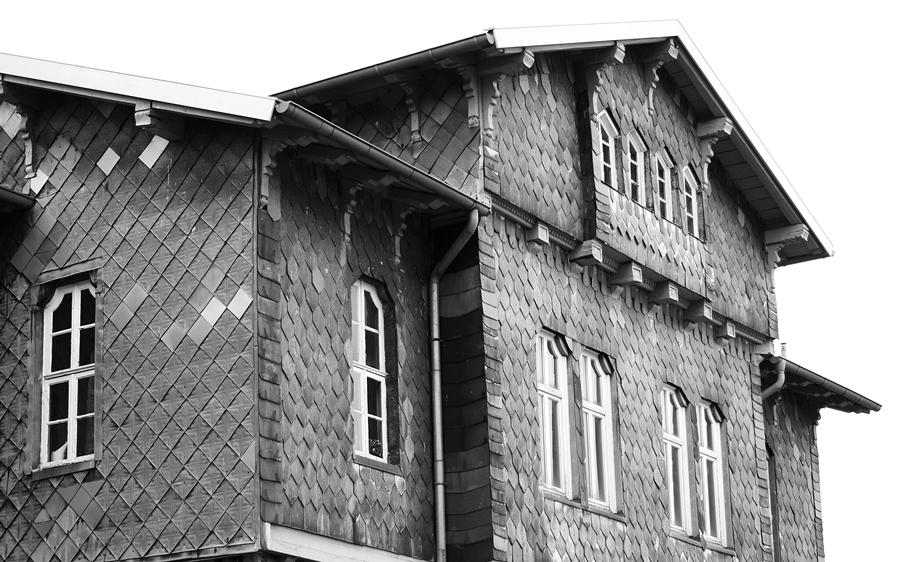 Blog + Fotografie by it's me fim.works - Bahnhof Dissen, Schieferfassade Obergeschoss in Schwarzweiß