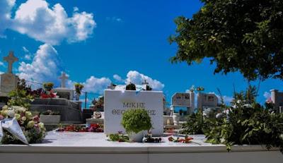 Χωρίς καντήλια και σταυρό... Απλός... Λιτός, αλλά επιβλητικός ο τάφος του ΜΙΚΗ στον Γαλατά Κρήτης.