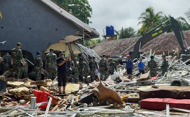 Satgas Gulbencal Yonzipur 9 Kostrad Bantu Evakuasi Tsunami Selat Sunda