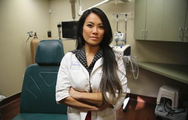 """""""Dra. Revienta Granos"""" extrae acné de 2 años y se viraliza"""