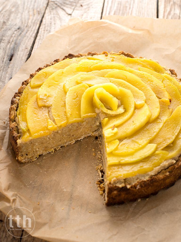 Tarta z pomaranczowo-figowym kremem z ciecierzycy z mango i kokosem - przepis weganski, bezglutenowy, bez cukru